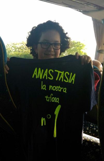 La piccola Anastasia entusiasta con la maglia meritata di SuperTifosa n°1